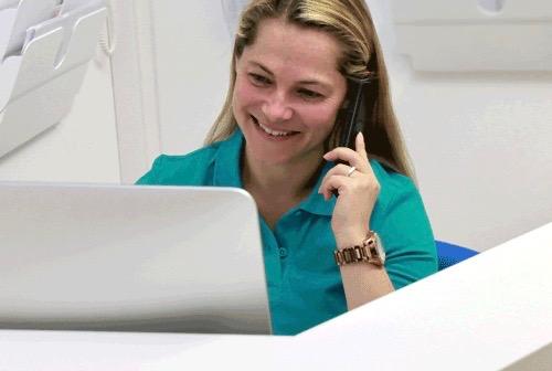 Melanie Seichter, medizinische Fachangestellte, am Empfang der Praxis Dr. Kottmair für Rehamedizin